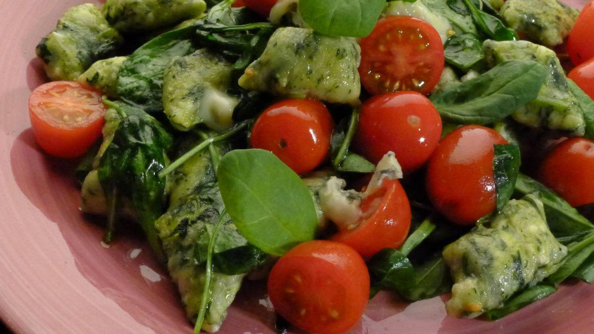 Kluseczki ze szpinakiem i pomidorkami